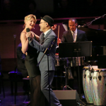 """Ruben Blades y su esposa Luba Mason cantando """"Fever"""" en Lincon Center"""