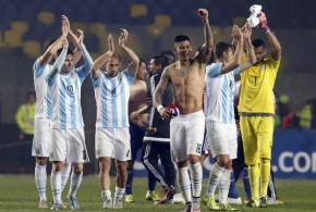 Argentina golea a Paraguay 6-1 y va a la final con Chile