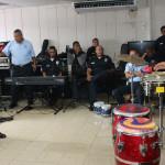 Oscar Cruz, de la Kshamba comparte con miembros de la orquesta de la Policía Nacional