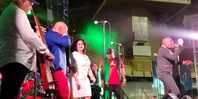 Fiesta salsera con timba en el Roberto Clemente con Los Van Van